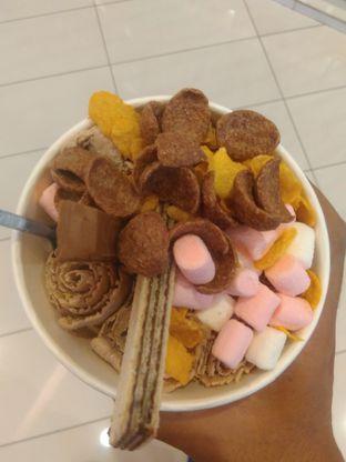 Foto 3 - Makanan(Unicorn + wafer, cornflakes, kitkat & marshmallow (IDR 33k) ) di Rolly's Thai Ice Cream oleh Renodaneswara @caesarinodswr