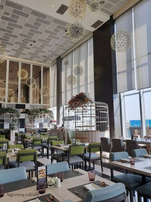 Foto 4 - Interior di Voyage Restaurant - Harris Vertu Hotel oleh Ken @bigtummy_culinary