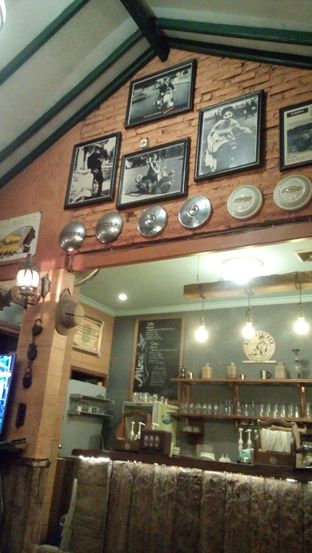 Foto 6 - Interior di Grand Father Coffee Shop oleh Julia Intan Putri