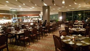 Foto 6 - Interior di The Cafe - Hotel Mulia oleh Vising Lie
