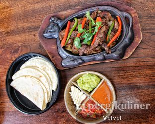 Foto 5 - Makanan(Tenderloin Fajitas) di Amigos Bar & Cantina oleh Velvel