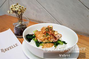 Foto 1 - Makanan(Honey-Miso Grilled Pork Belly) di Ravelle oleh Velvel