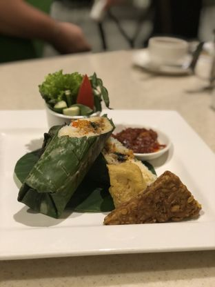 Foto 2 - Makanan(Nasi Bakar Ayam Pedas Kemangi) di Lake View Cafe oleh YSfoodspottings