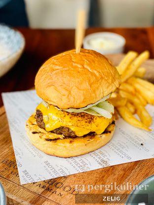 Foto 6 - Makanan(Cheese Burger) di The Brotherhood oleh @teddyzelig
