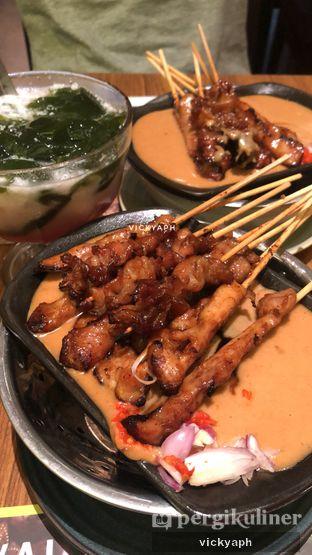 Foto 1 - Makanan(Sate ayam campur bumbu blora) di Sate Khas Senayan oleh Vicky @vickyaph