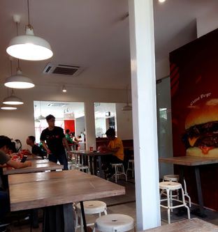 Foto 6 - Interior di Flip Burger oleh abigail lin