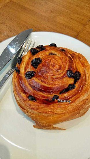 Foto 17 - Makanan(Pain au raisin) di Platon Coffee oleh duocicip