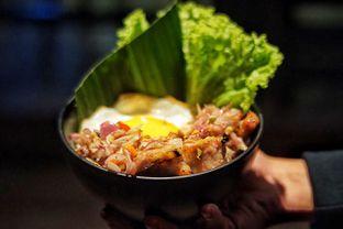 Foto 2 - Makanan(Pork Belly Sambal Matah Rice Bowl ) di Holywings oleh Fadhlur Rohman