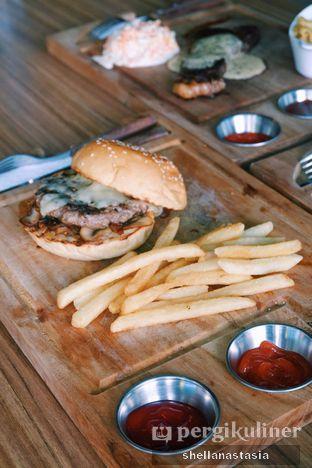 Foto 1 - Makanan(Mozzazzila Burger) di Ang's Grille - Hotel Ibis Budget Jakarta Cikini oleh Shella Anastasia