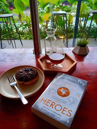 Foto - Makanan(Manual Brew Coffee (V60 Wahana Longberry) & Donat coklat) di Playroast oleh Florentine Lin
