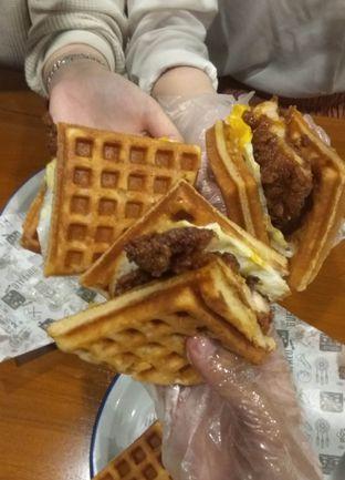 Foto 2 - Makanan(Waffle Chicken Sandwich ) di The Buffalo oleh Renodaneswara @caesarinodswr