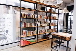 Foto 6 - Interior di Maraca Books and Coffee oleh Indra Mulia