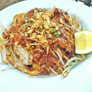 Foto 4 - Makanan(lontong tahu pluie) di PLUIE Cafe & Resto oleh duocicip