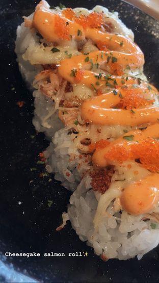 Foto 1 - Makanan(Cheesegake Salmon Roll) di Sushi Tei oleh Makan Yuk