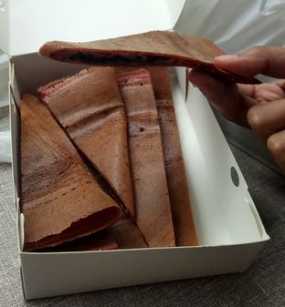 Foto 3 - Makanan(Martabak Tipis Red Velvet) di Martabakku oleh YSfoodspottings