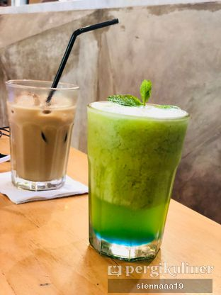 Foto 5 - Makanan(Blue Kiwi Iceberg (front), Ice Maple Haze Latte (back)) di Maple & Oak oleh Sienna Paramitha