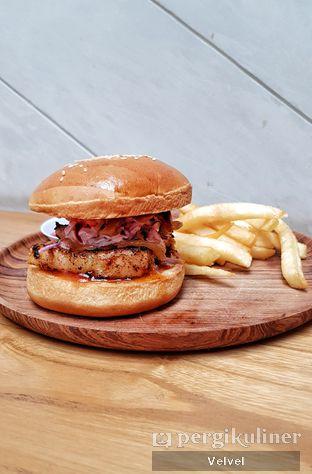 Foto 2 - Makanan(Ravelle Pork Belly Burger) di Ravelle oleh Velvel