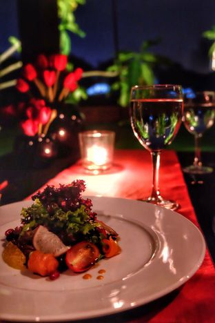 Foto 1 - Makanan(Smoke Salmon Salad) di Platinum Grill oleh Oryza Sativa