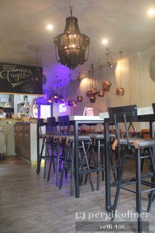 Foto 3 - Interior di Burns Cafe oleh Selfi Tan