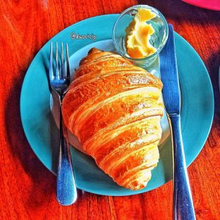 Foto 22 - Makanan(Croissant ) di Convivium oleh duocicip