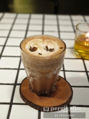 Foto 6 - Makanan(Mocha Truffle Latte) di Phos Coffee & Eatery oleh JC Wen