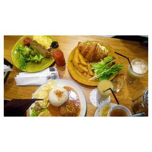 Foto 5 - Makanan(Beef & Mushroom Carbonara Sandwich, Egg Benedict, Grilled Balinese Spice Chicken, Ice Cappuccino, Hot Lemon Tea & Pear Kiwi Juice ) di Bellamie Boulangerie oleh Novita Purnamasari