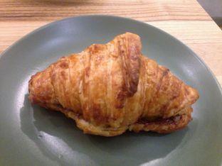 Foto 2 - Makanan(Toasted Croissant with Nutella & Mandarin Orange) di Titik Koma Coffee oleh Reymond Kukus