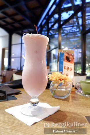 Foto - Makanan(Milkshake Stroberi ) di Noach Cafe & Bistro oleh Fahmi Adimara