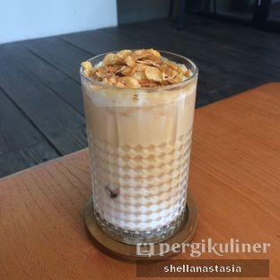Foto 4 - Makanan(Caramel Milk Latte) di Simetri Coffee Roasters oleh Shella Anastasia