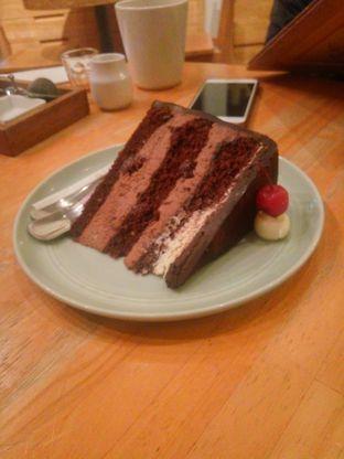Foto 2 - Makanan(Cherry Rum Cake) di Hummingbird Eatery oleh Fadhlur Rohman
