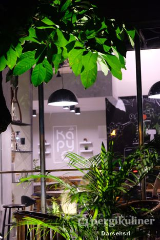 Foto 8 - Interior di Kapyc Coffee & Roastery oleh Darsehsri Handayani