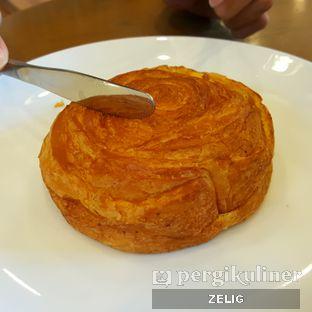 Foto 1 - Makanan(Chicken Omelette Croissant Bun) di Starbucks Coffee oleh @teddyzelig
