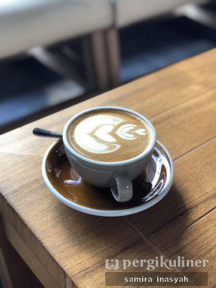 Foto 9 - Makanan(hot coffee latte) di Kolonial Bistro & Roastery oleh Samira Inasyah