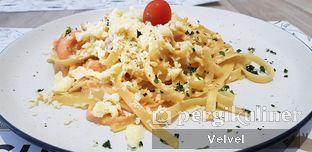 Foto 2 - Makanan(Fettuccine Carbonara Smoked Salmon) di O! Fish oleh Velvel