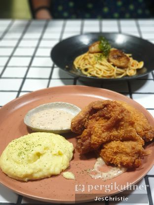 Foto 3 - Makanan(Holy Kim Chick w/ Mashed Potato) di Phos Coffee & Eatery oleh JC Wen