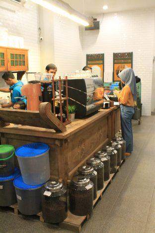 Foto 7 - Interior di Ragil Coffee & Roastery oleh Prido ZH