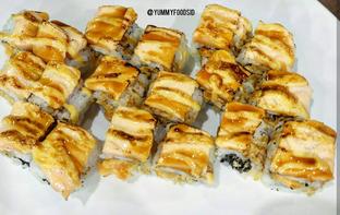 Foto 4 - Makanan(Aburi Crispy Spicy Salmon Roll) di Sushi Joobu oleh Yummyfoodsid