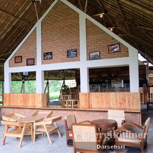 Foto 12 - Interior di Ruang Riung Coffee & Eatery oleh Darsehsri Handayani