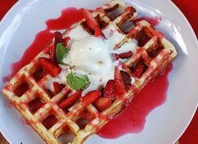 Kira-kira Kamu Cocok Sarapan dengan Pancake atau Waffle?