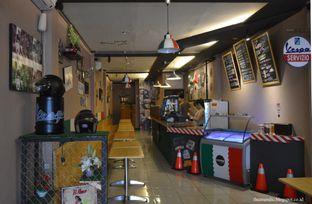 Foto 4 - Interior di Scooter Cafe oleh Anandic