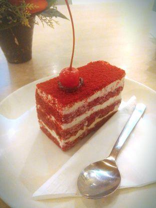 Foto 1 - Makanan(Red Velvet Cake (IDR 27k/slice)) di Seven Grain oleh Renodaneswara @caesarinodswr