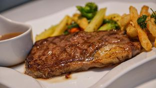 Foto 3 - Makanan(Wagyu Sirloin Steak) di D'Comic Cafe oleh Vanny Vann