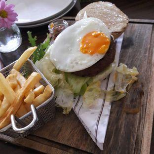 Foto 3 - Makanan(The Comforter Burger) di Miss Bee Providore oleh itschubbybelly