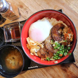 Foto 2 - Makanan(Buta tama donburi) di Ramen Hachimaki oleh Stellachubby