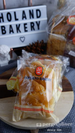 Foto review Holland Bakery oleh Deasy Lim 5