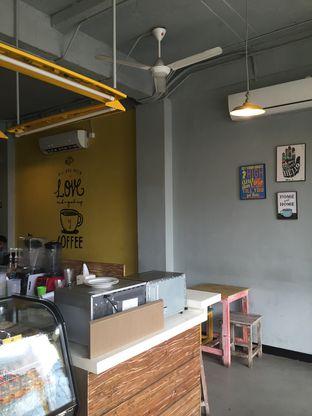 Foto 4 - Interior di Yellow Truck Coffee oleh Theodora