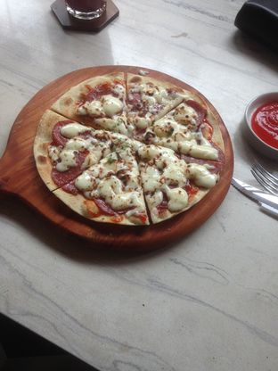 Foto 7 - Makanan(Pepperoni Pizza) di Raindear Coffee & Kitchen oleh Pria Lemak Jenuh