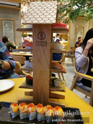 Foto - Makanan(Hiro Deluxe Sushi & Salmon Mentai Roll) di Sushi Hiro oleh Patsyy
