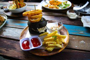 Foto 3 - Makanan(Black Burger) di Happiness Kitchen & Coffee oleh Julio Nangkoda