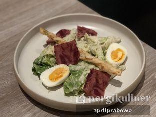 Foto 4 - Makanan(Caesar salad) di Lalla Restaurant oleh Cubi